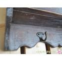 Wandschränkchen mit Hakenleiste im Antik-Stil