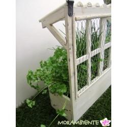 Pflanzkasten mit Fenster und Dach im shabby-Stil