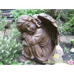 Sitzender Engel in Rostoptik