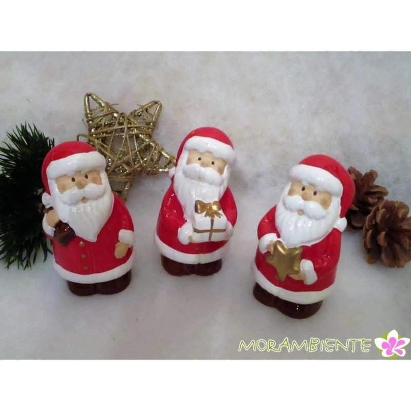 Weihnachtsmänner aus glasierter Keramik
