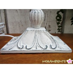 weiße Tischlampe aus Metall im shabby-Stil