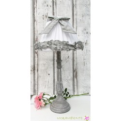 grau-weiße Tischlampe aus Holz mit Stoffschirm