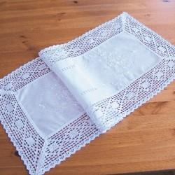 Tischläufer in Leinenoptik mit Stickerei und Häkelkante