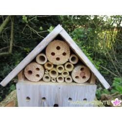 Kleines Insektenhotel aus Naturholz