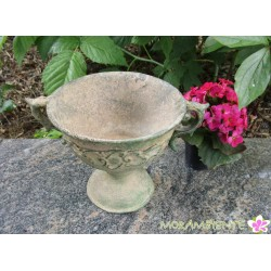 Schwerer, kleiner Metall-Pokal in grünem Antik-Finish