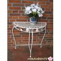 weißer Deko-Tisch im Antik-Look