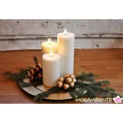 """weiße LED-Kerzen mit flackernden """"Flammen"""""""